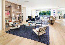 Sala decorada de forma minimalista y con mucha luz