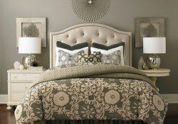Cama color arena con cojines, una de las tendencias de 2019 en dormitorios